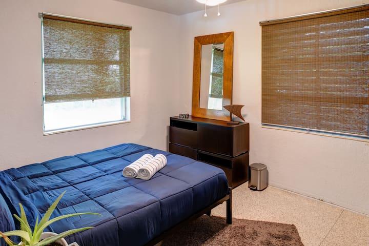 2nd bedroom (queen bed)