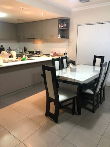 Spacious house near to airport/transport/shopping