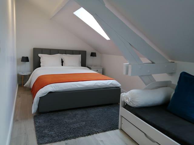 Votre chambre qui est à l'avant de la maison équipée de store occultant  Velux® comme tout votre étage  ! Le divan à été remplacé par un bureau qui est sur la prochaine photo