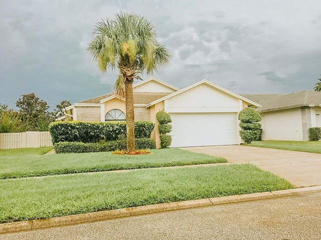 LOCATION LOCATION! Lovely home 4 miles from DISNEY