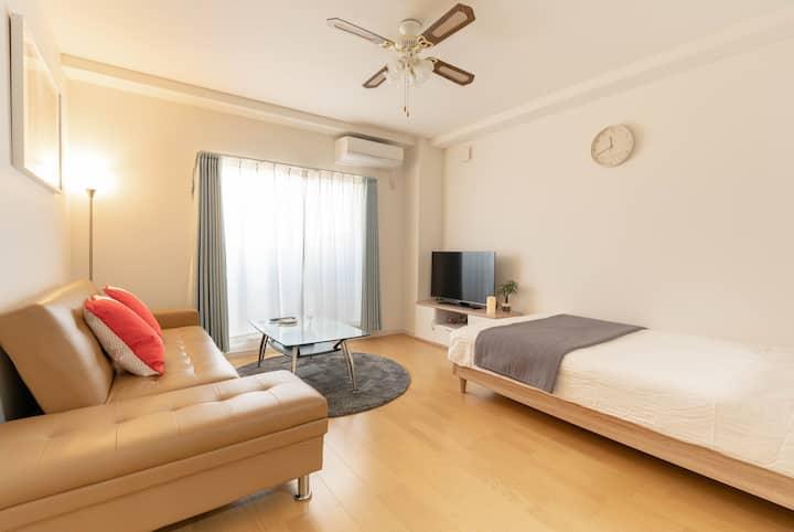 新公寓201室,Free parking,45平方米大空间。客厅,卧室,厨房,卫生间,浴室等设备齐全