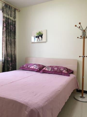 第二个卧室,1.8*2米大床,安静,温馨,亦有阳光。