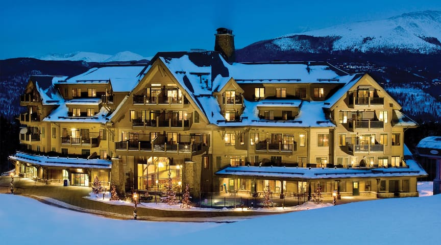 Ski-In/Ski-Out Paradise with Steam Room & Hot Tubs