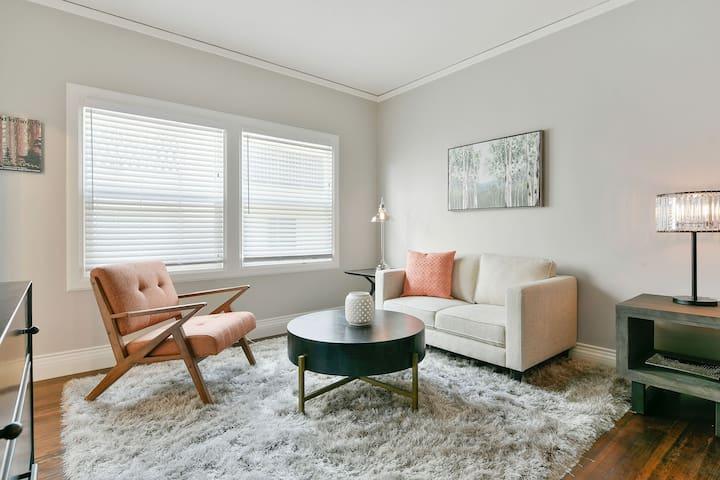 Spacious, modern apartment close to Lake Merritt!