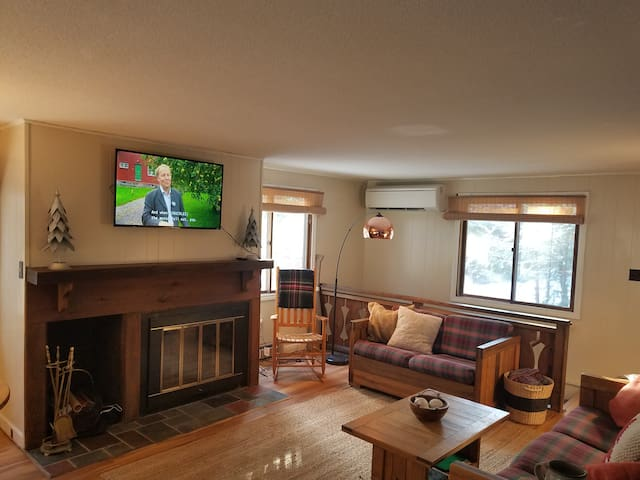 Open concept living room (2nd floor) Enjoy free WiFi, cable, Netflix and Amazon Prime Video and Hulu.