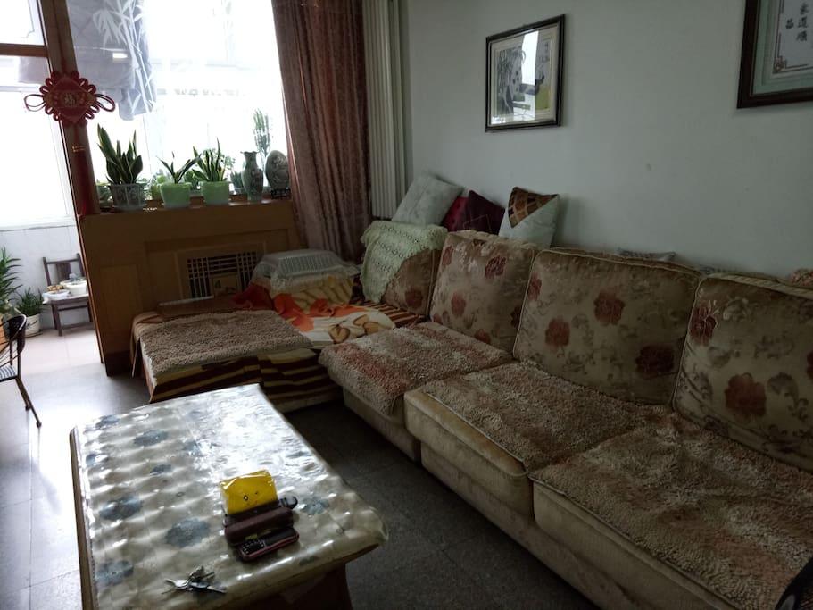 躺在大沙发上看电视,可以消除您旅途的疲劳。