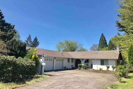 Spacious family-friendly home near WOU!