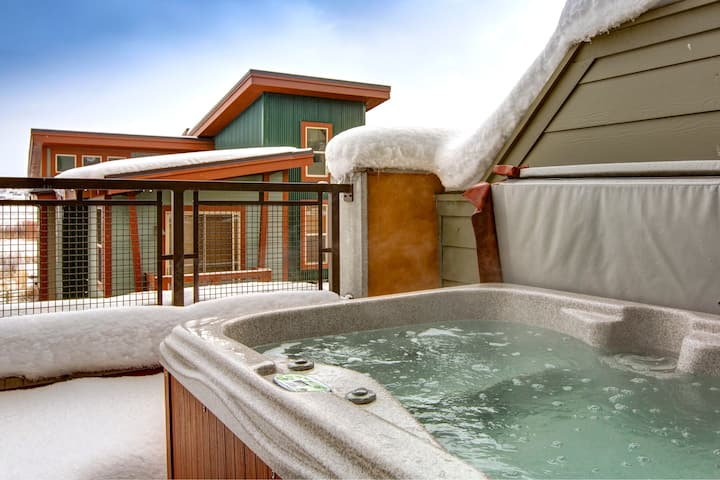 Eco-Friendly Townhome with Mountain-View Hot Tub