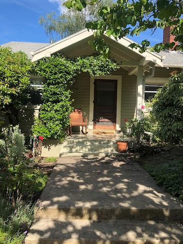 Darling bungalow in the heart of NW Portland