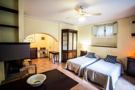 Mini appartamento in villino neo gotico in centro - Foligno - Villa