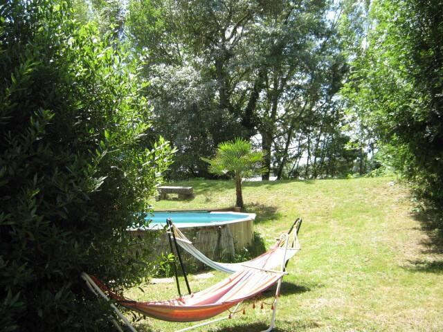 Votre espace privé: vis a vis  depuis la maisonnette et  vue sur la Dordogne et la piscine