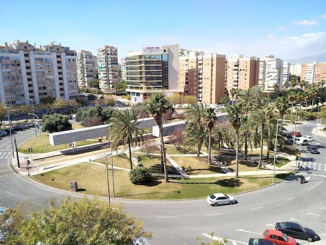 Son las  vistas desde la terraza  como  veis la parada del tranvía se encuentra en el centro de la plaza.  Más cerca imposible!