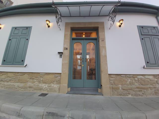 Magdalene's City House Inn Room 2 (0.6 km -> sea)