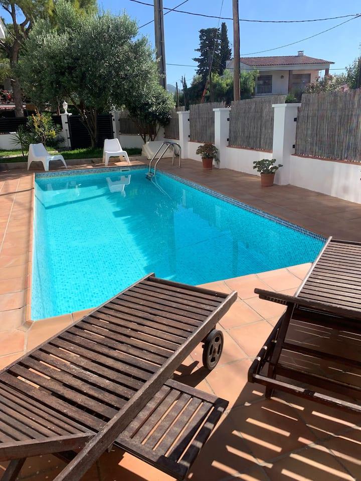 Casa en sitges jardín y piscina privada céntrica