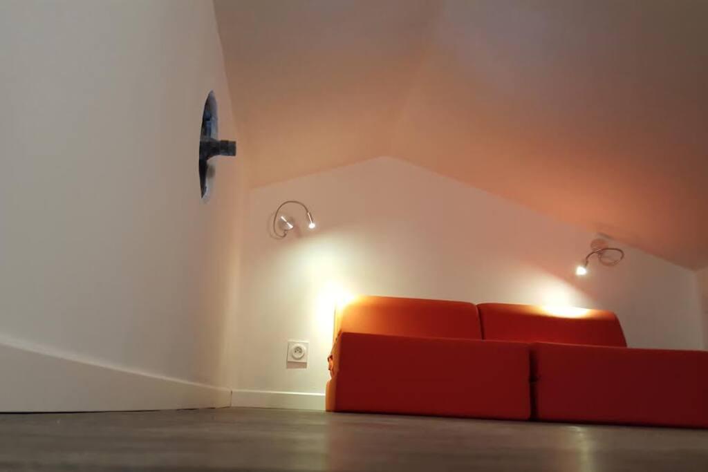 Grenier/Mezzanine avec chauffeuses et coin lecture..