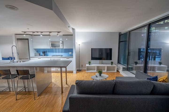 2Br+2 bath CONDO in trendy Gastown!