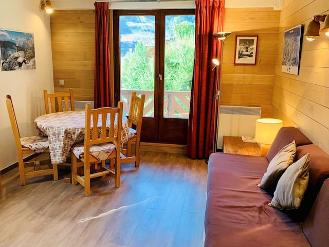 2 rooms with a mezzanine close to the slopes and to the shops