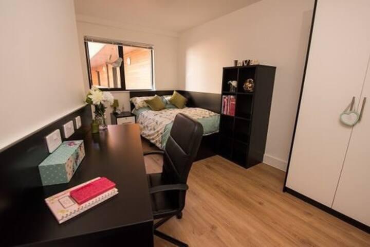 1 bedroom w/private ensuite bathroom in 3 bed flat