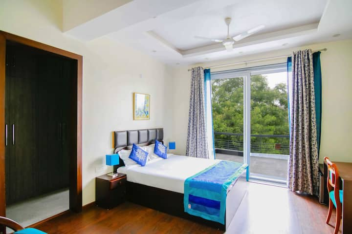 Cozy, charming room in Central Noida