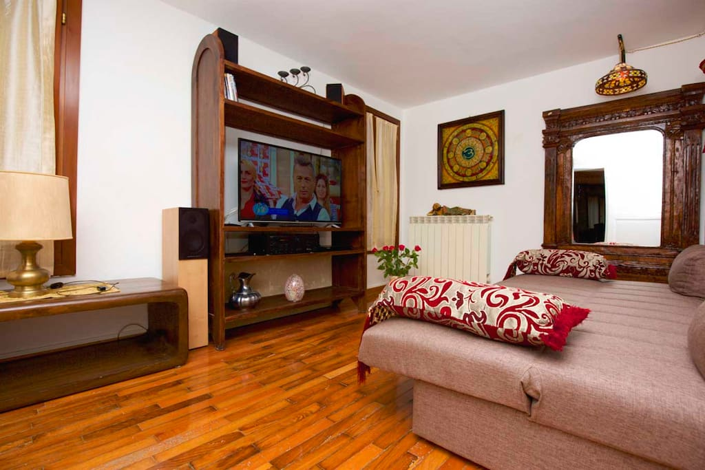 Anticamera con TV e divano letto