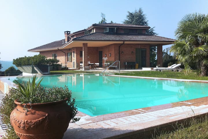 Villa Luisa with a panoramic pool in the Langhe