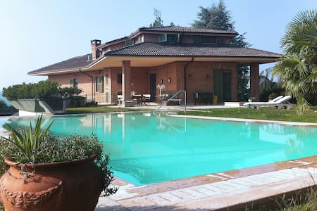 Villa Luisa with a panoramic pool in the Langhe - Alba