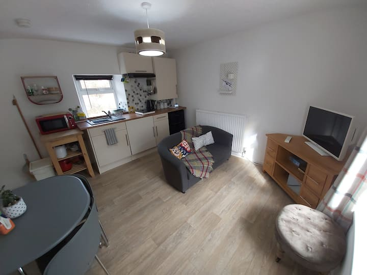 A cosy 1 bedroom cottage, backs onto taff trail