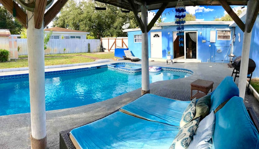 Large private yard with Pool, 6 beds cozy house