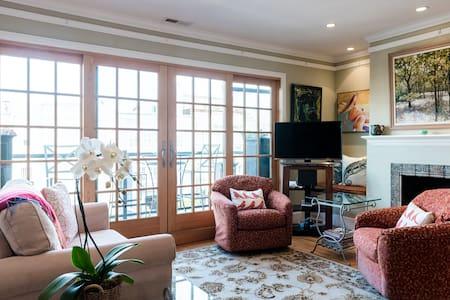 Sunny upper flat in the Marina - Condominium