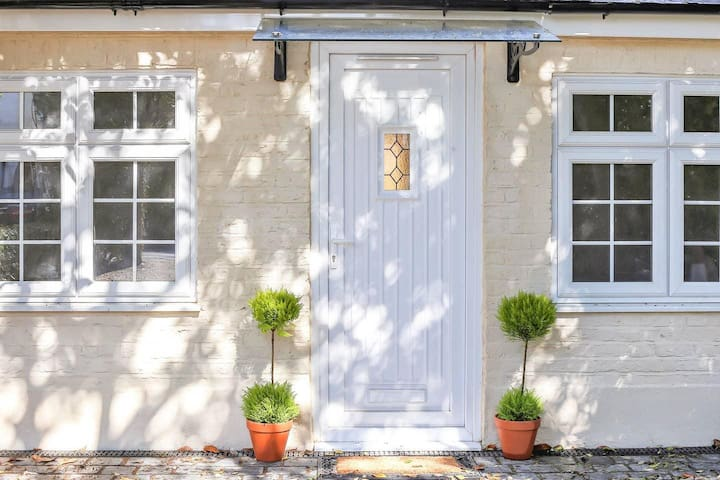 3 bedrooms cosy cottage at Hampton, London