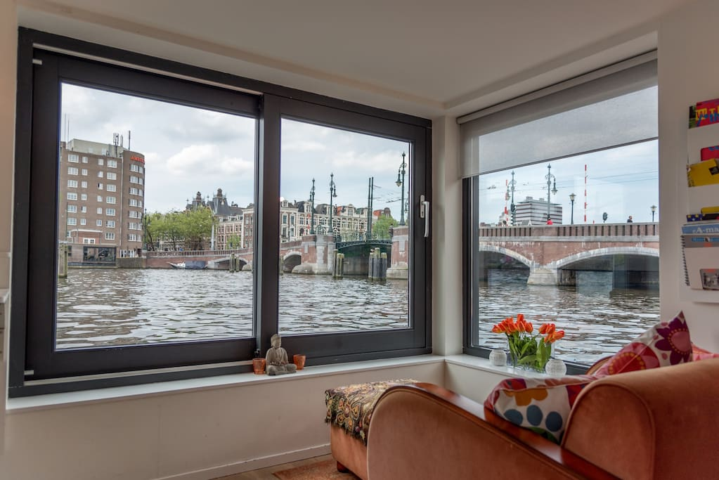 Living with a beautiful view on the Amstel River and Amstel Bridge. Window could be opened completely so you could enjoy the sun inside.