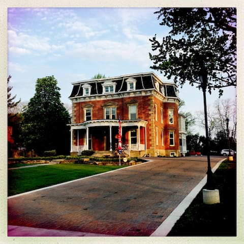Steele Mansion Inn & Gathering Hub - Painesville - Bed & Breakfast