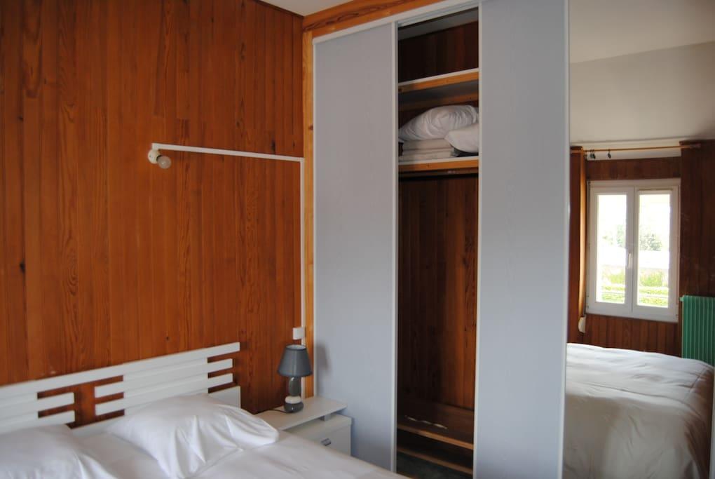 Chambre indépendante avec lit 2 personnes et grand placard