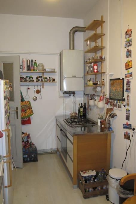 Küche mit Gasherd und Ofen