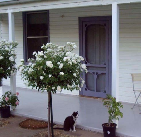 Quaint Country Cottage - 5 min Lake Hume