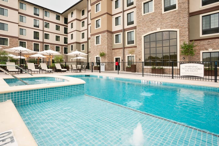 Free Breakfast + Outdoor Pool + Hot Tub | Premium Suite Only 15 Minutes from Six Flags!