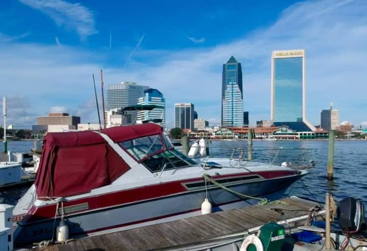 Jacksonville 30 Foot With Living Quarters