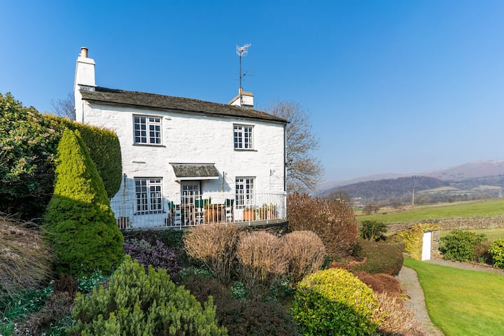 Rural Character Cottage with Views 15m Walk to Pub