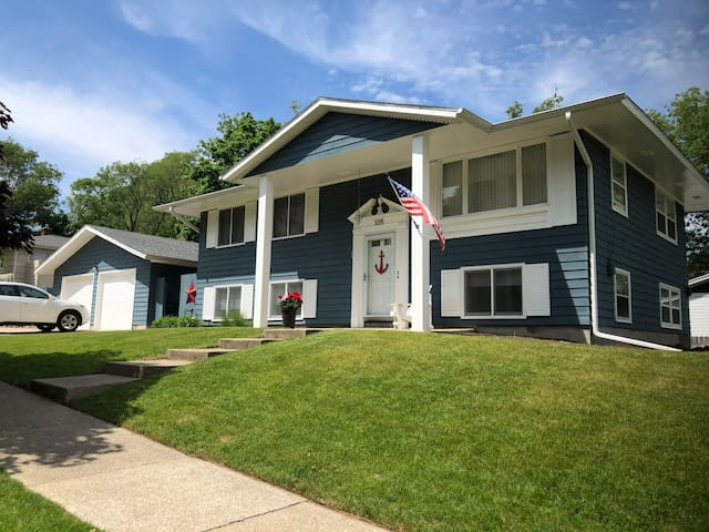 Grand Haven downtown duplex/Upper Unit with porch