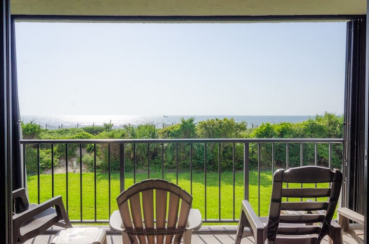 Medina-Oceanfront condo with an enchanting view and resort style amenities!