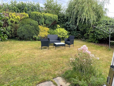 Lovely 3 bed bungalow with parking and a garden