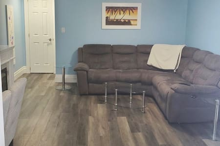 Bright 2 Bedroom Free wifi comfy and cozy!