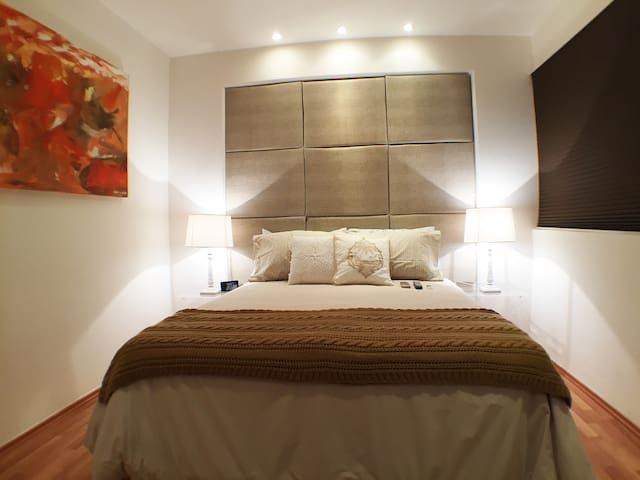 Queen Size Bedroom with AC, Full HD Tv, Apple TV with free Netflix and Safe Box.