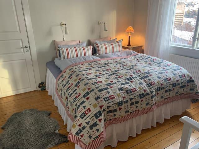 2 st bekväma 90 cm sängar med hel bäddmadrass och separata täcken. Sköna kuddar.  Duntäcken vintertid och på sommaren bäddar vi med tunnare täcken.