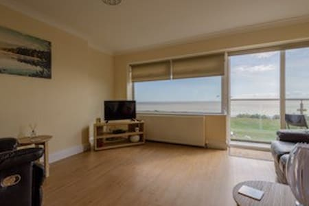 Amazing 2 Bedroom Apartment 30 seconds to beach