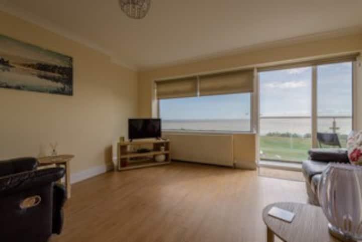 Amazing 2 Bedroom Apartment 30 seconds to beach