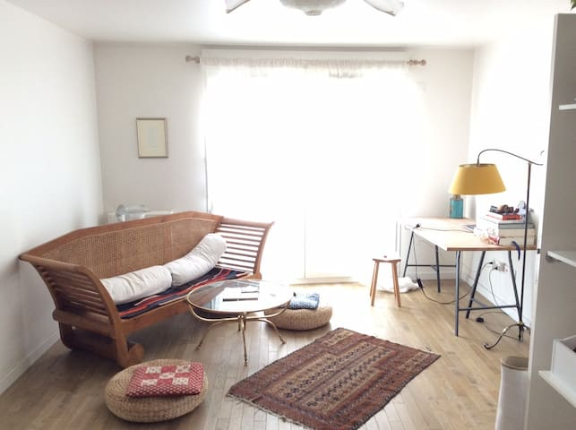 Comfortable flat w/ 2 bikes -get to know the city!