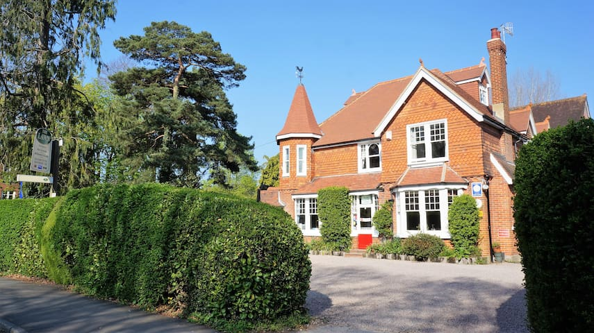 The Lawn Guest House -Double e/s room near Gatwick