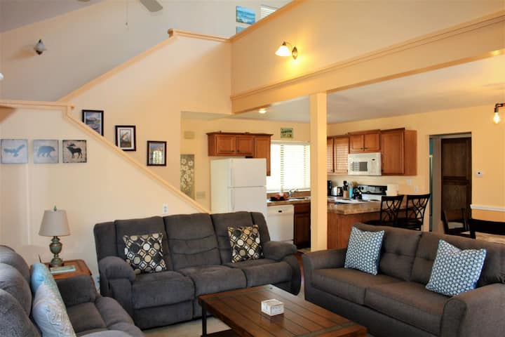 Great Value. Village Townhome that sleeps 10! Walk to everything. (Sierra Suns 02)