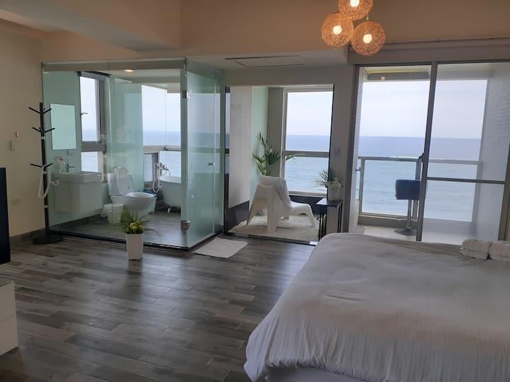 高樓邊間走出去就是海灘31坪大空間三面環海高樓看日知名咖啡館旁很棒音響超優海景很放鬆超海景比照片更美